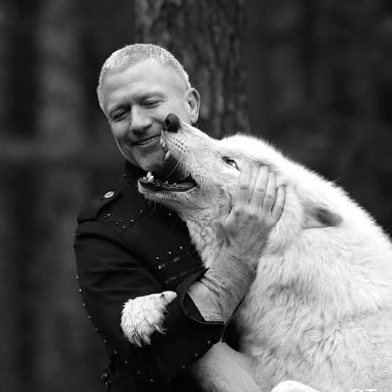 Dirk fütter den weißen Wolf